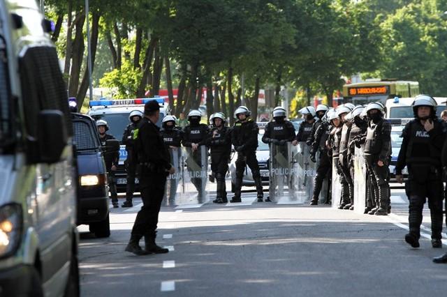 Policja zabezpiecza derby żużlowe w Zielonej Górze.