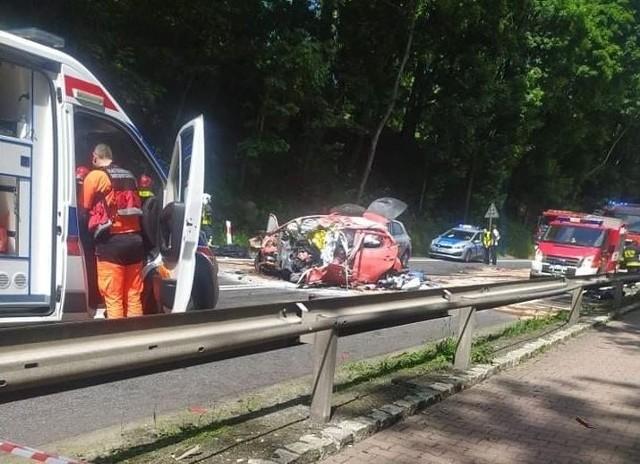 W wypadku na drodze krajowej nr 8 w Dusznikach zdroju zginęły trzy osoby, a co najmniej dwie odniosły obrażenia.