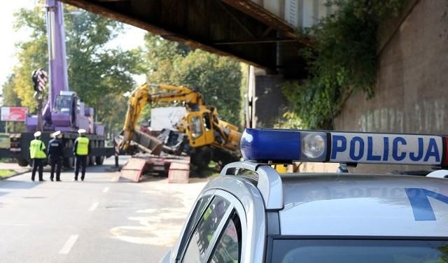 Na ul. Granitowej koparka uderzyła w wiadukt.