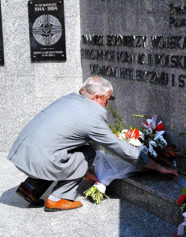 Rocznicowe obchody zakończyły się złożeniem kwiatów pod pomnikiem
