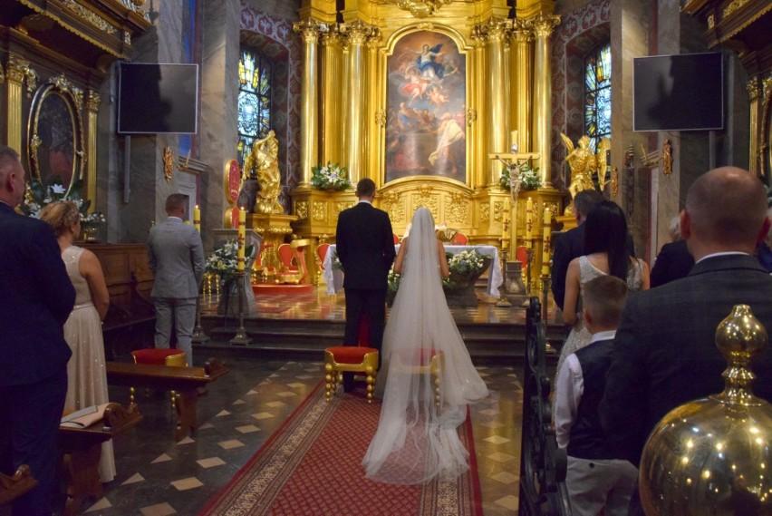 Piękny ślub znanego siatkarza Mateusza Bieńka w Bazylice Katedralnej w Kielcach. Były gwiazdy reprezentacji Polski [WIDEO, ZDJĘCIA]