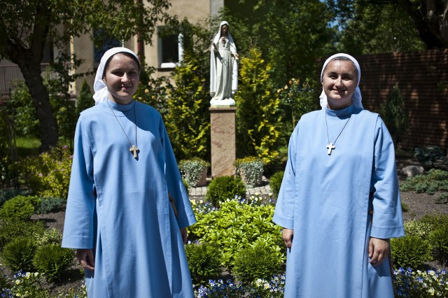 - O tym, aby nasze obecne tutaj zaangażowanie ubrać w strój zakonny myślałyśmy już od dłuższego czasu, od chwili, kiedy powstała męska wspólnota – mówi s. Judyta (z lewej). Obok stoi s. Noemi