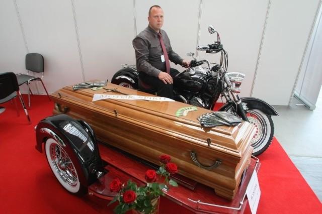 Firma Motor Spirit z Kutna, której właścicielem jest Tomasz Podlasiak, wyprodukowała pierwszy w Polsce motocykl z wózkiem do przewozu trumien. – W Kielcach ma swoją absolutną premierę – podkreśla Tomasz Podlasiak. I dodaje: – Wykonanie specjalnej wersji Yamahy Dragstar XVS 1100 Custom, zajęło około pół roku.