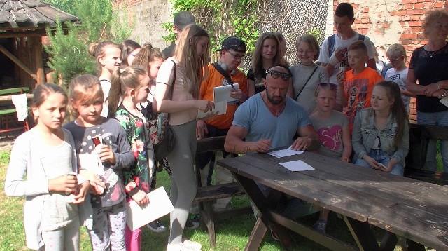 W Radomiu zaufaniem podatników cieszy się klub Arka. Tu spotkanie dzieci z klubu z aktorem Tomaszem Oświecińskim.
