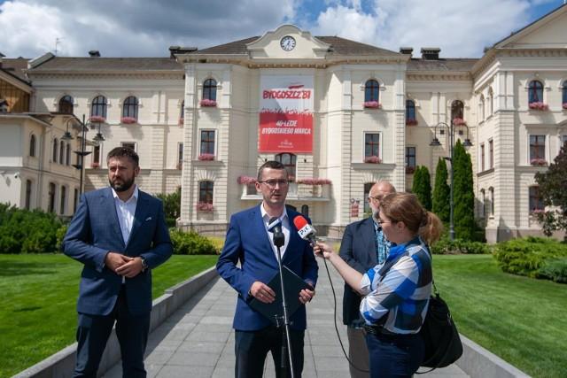 Przewodniczący klubu Prawa i Sprawiedliwości Jarosław Wenderlich, Krystian Frelichowski i Szymon Róg spotkali się we wtorek z dziennikarzami na płycie Starego Rynku w Bydgoszczy