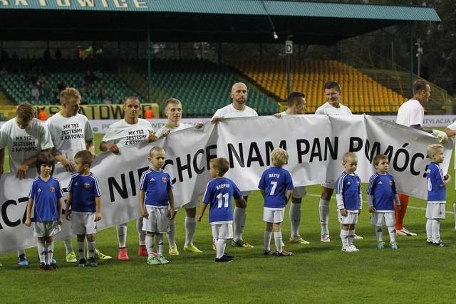 Piłkarze Rozwoju Katowice wyszli na mecz z GKS Katowice w stosownych koszulkach. Reakcji prezydenta Katowic jednak nie było.