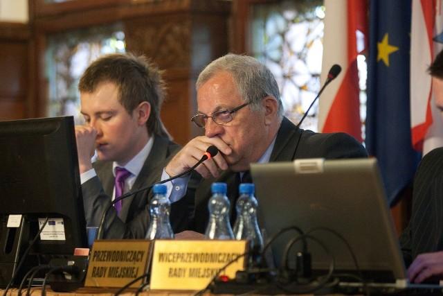 Sesja Rady Miejskiej w Słupsku. W środku Zdzisław Sołowin, po prawej Artur Wiszniewski.