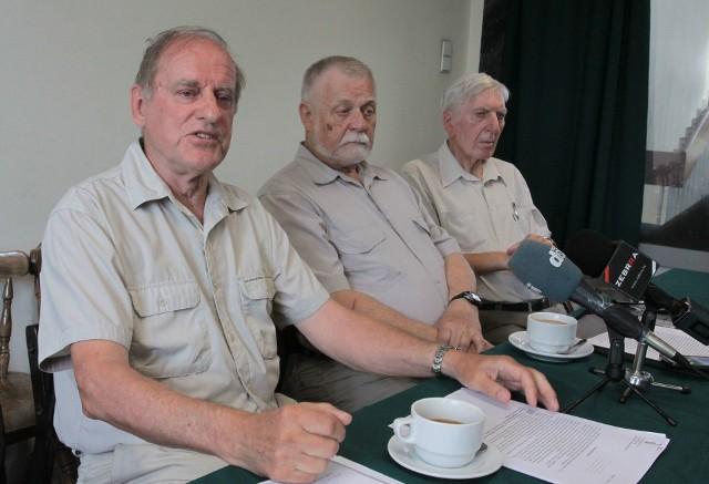 - Chcemy utrwalić pamięć dowódcy radomskiego pułku, o płk. Karolu Chrobaczyńskim - mówił Andrzej Mędrzycki (z lewej).
