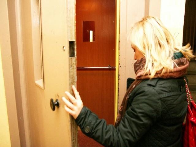 Nigdy nie mamy pewności, czy nie utkniemy w windzie.Wchodząc do windy, nigdy nie mamy pewności, czy w niej nie utkniemy.