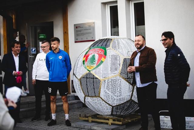 Przy stadionie MKS Puszcza Niepołomice pojawiła się gigantyczna piłka. To pojemnik na plastikowe nakrętki. Dochód z ich sprzedaży będzie przeznaczany na pomoc osobom potrzebującym z gminy Niepołomice