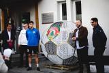 Niepołomice. Ogromna piłka na nakrętki stanęła na stadionie Puszczy Niepołomice. To akcja charytatywna