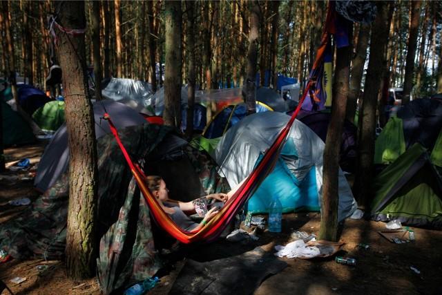 """Survivalowcy, ale i zwykli miłośnicy przyrody mogą teraz zupełnie legalnie spędzić noc w lesie. W całym kraju zostały wyznaczone specjalne obszary, gdzie zwolennicy nocowania wśród drzew mogą uprawiać swoje hobby bez obaw o naruszenie ustawy o lasach. Chętnych do """"dzikiego nocowania"""" w lesie nieustannie przybywa. My sprawdzamy, gdzie na taki nocleg można się wybrać w okolicach Torunia. Czytaj dalej. Przesuwaj zdjęcia w prawo - naciśnij strzałkę lub przycisk NASTĘPNE"""