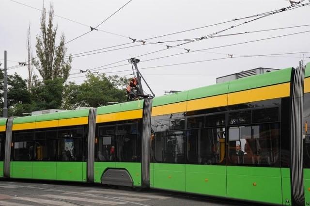 Zderzenie tramwaju z samochodem osobowym na ulicy Roosevelta w Poznaniu.