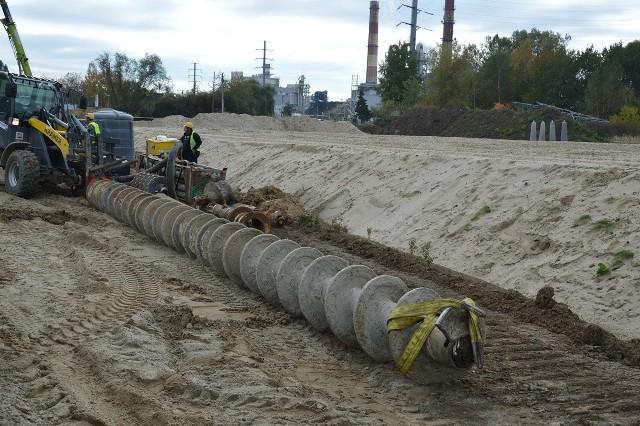 Wielkie wiertło do wykonywanie otworów pod budowę przęseł wspierających wiadukty obwodnicy