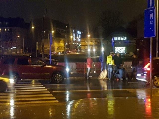 Jadąca jeepem 25-latka potrąciła 55-letnią kobietę na przejściu dla pieszych przy ul. Legionowej. Poszkodowana została odwieziona do szpitala