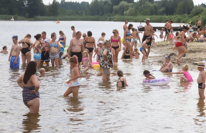 Tłumy plażowiczów w niedzielne popołudnie odwiedziły...