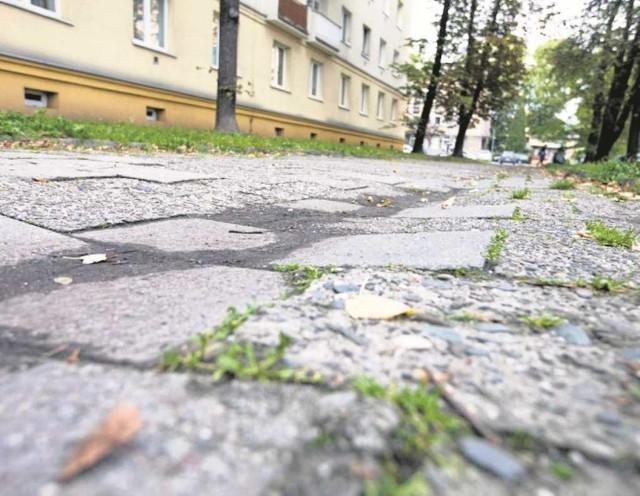 Nowohuckie chodniki i drogi po zimie wymagają pilnego remontu