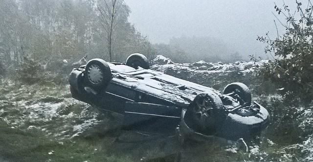 Audi wypadło z drogi, dachowało i zatrzymało się na poboczu.