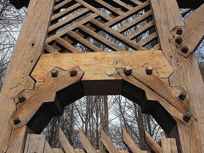 Mocowanie drewnianych elementów bramy wykonano z drewnianych...