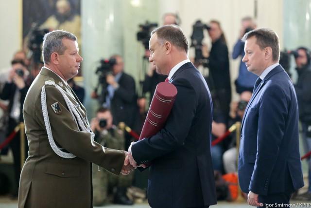 Prezydent Andrzej Duda wręcza akt mianowania na stopień generała pułkownikowi Zbigniewowi Powęsce