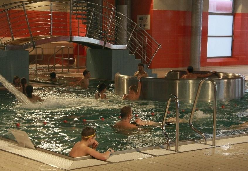 Do 14.00 z basenu skorzystało blisko sto osób.