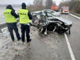 Wypadek na drodze W670. Audi zderzyło się z volkswagenem. Trzy osoby w szpitalu (zdjęcia)