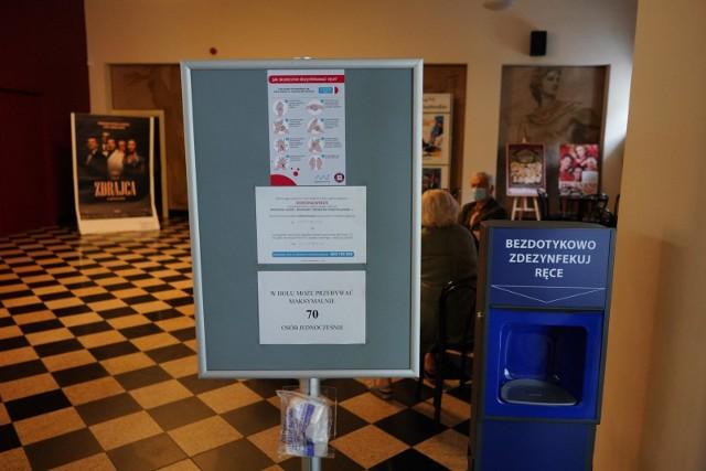 Kina mogą być otwarte od 12 lutego. Sprawdziliśmy, jakie kina w Poznaniu wznowią swoją działalność, a które pozostaną zamknięte. Niektóre z nich mają nawet przygotowany repertuar na pierwszy tydzień funkcjonowania. Zobacz, jakie filmy można obejrzeć na dużym ekranie. Na zdjęciu kino Apollo w Poznaniu.Przejdź dalej ---->