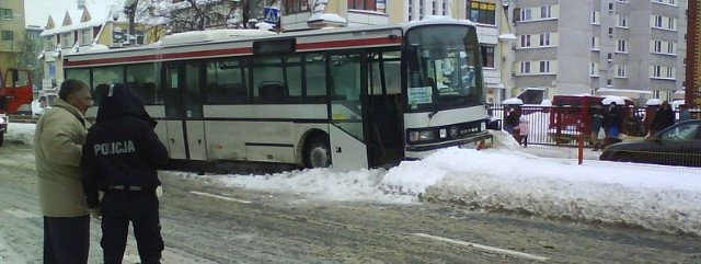 Kierowca volkswagena wymusił pierwszeństwo na kierującym autobusem.