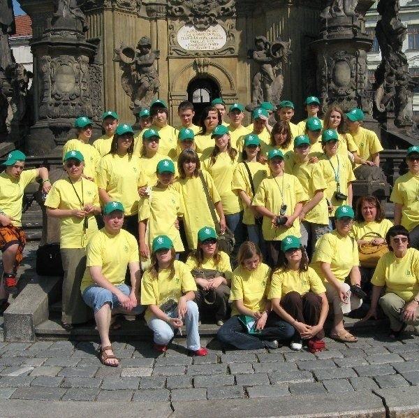 Chórzyści dostali czapeczki i koszulki od Banku  Spółdzielczego. Dzięki temu podczas  zwiedzania widzieli się z daleka.