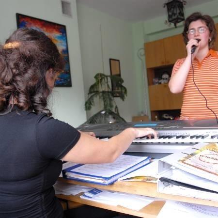 Zuzanna Kleczko przygrywała Annie Wolkowskiej. Wyraźny śpiew i muzykę uczestniczek kółka artystycznego słychać było na korytarzu.