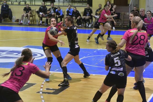 Suzuki Korona Handball Kielce (różowe koszulki) gra dziś w Warszawie niezwykle istotny mecz.