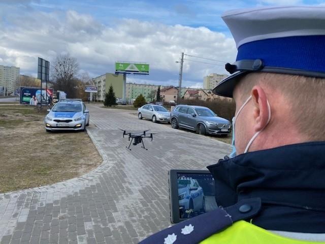 Zastosowanie drona pozwoliło nie tylko ukarać kierowców łamiących przepisy, ale także pomóc poszkodowanemu mężczyźnie.