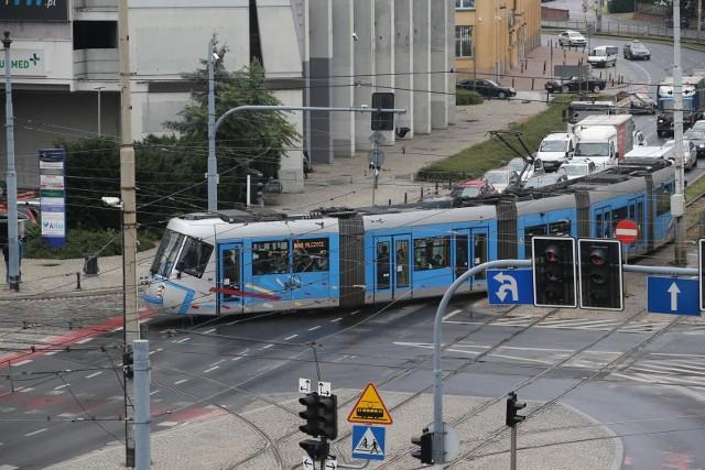 Wiosną ruszą prace remontowe wrocławskich torowisk tramwajowych. Niektóre zakończą się wraz z wakacjami, inne mogą potrwać dłużej. Będzie się to wiązało ze zmianami tras linii tramwajowych. Zobacz na kolejnych slajdach, czego powinniśmy się spodziewać w najbliższym czasie.