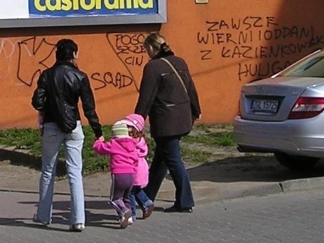 Kilka miesięcy temu budynek w centrum miasta, przy ulicy Szczecińskiej zyskał nową elewację. Niedługo potem grafficiarze zniszczyli szczytową ścianę napisami.