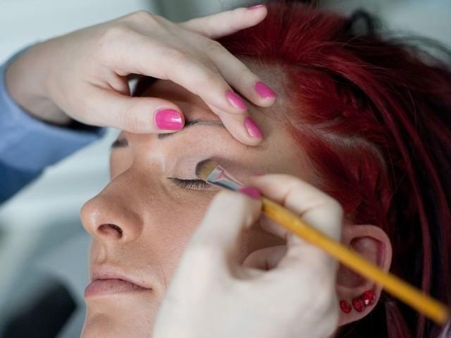 Do delikatnego makijażu najbardziej sprawdzają się pastelowe cienie – róży, fiolety, a także beże, brązy i szarości.