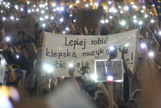 O godzinie 21, 12 sierpnia 2021, rozpoczął się protest przeciwko przyjętej przez Sejm głosami PiS i Konfederacji, ustawie medialnej tzw. lexTVN, której efektem ma być m.in. odebranie koncesji stacji telewizyjnej TVN24.