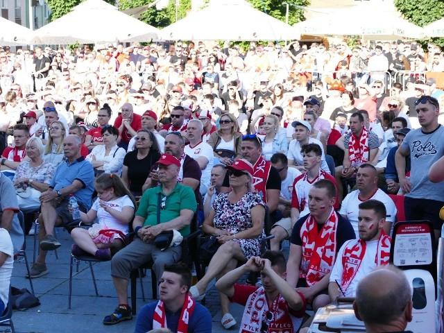 Mieszkańcy Koszalina tłumnie zgromadzili się na Rynku Staromiejskim, by kibicować biało-czerwonym. Zobaczcie zdjęcia!