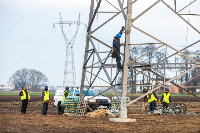 Już w przyszłym roku prąd popłynie nową linią o mocy 400 kV z Piły Krzewina do Plewisk. To strategiczna dla Wielkopolski inwestycja Polskich Sieci Elektronergetycznych, która ma znacząco poprawić pewność dostaw energii.