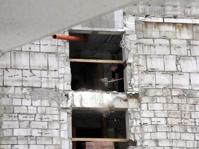 Nasz Internauta sfotografował, jak robotnik wyrzuca gruz z 12. piętra modernizowanego budynku