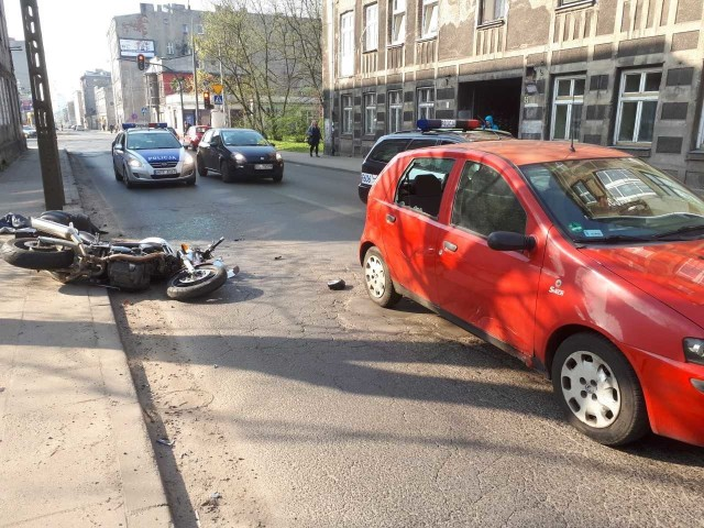 Wypadek motocyklisty na Franciszkańskiej w Łodzi. Zderzenie motocykla i fiata punto. Ranny motocyklista