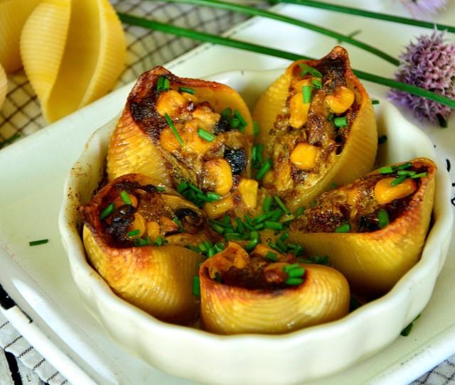 Muszle makaronowe z farszem mięsno-warzywnym to pomysł na pyszny obiad.