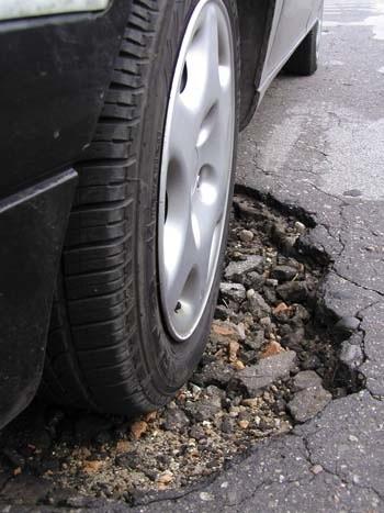 Wjechanie w nawet płytką dziurę, ale z dużą prędkością i z wciśniętym pedałem hamulca może wytrącić auto z równowagi.