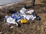 Poznań: Ktoś porzucił odpady medyczne w lesie przy ul. Chemicznej. Sprawcę odnaleźli strażnicy miejscy