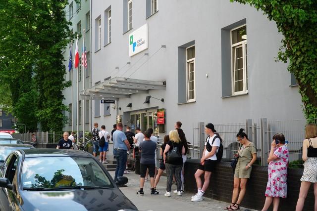 Kolejka przed Starostwem Powiatowym w Poznaniu, które w poniedziałek otworzyło się na interesantów.
