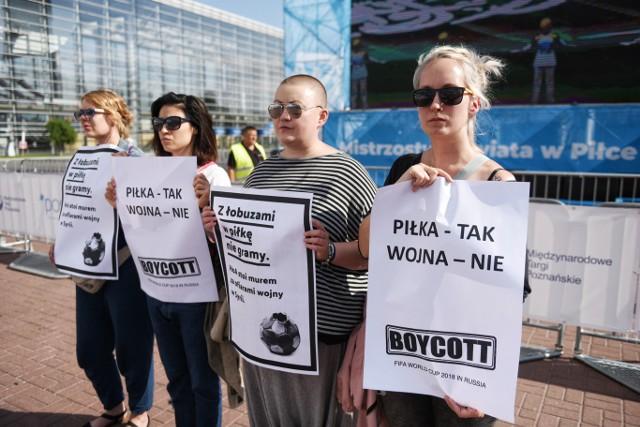 W poznańskiej strefie kibica mundial rozpoczął się... protestem. --->---przejdź do następnego zdjęcia--->Zobacz też:Gdzie oglądać mecz otwarcia?