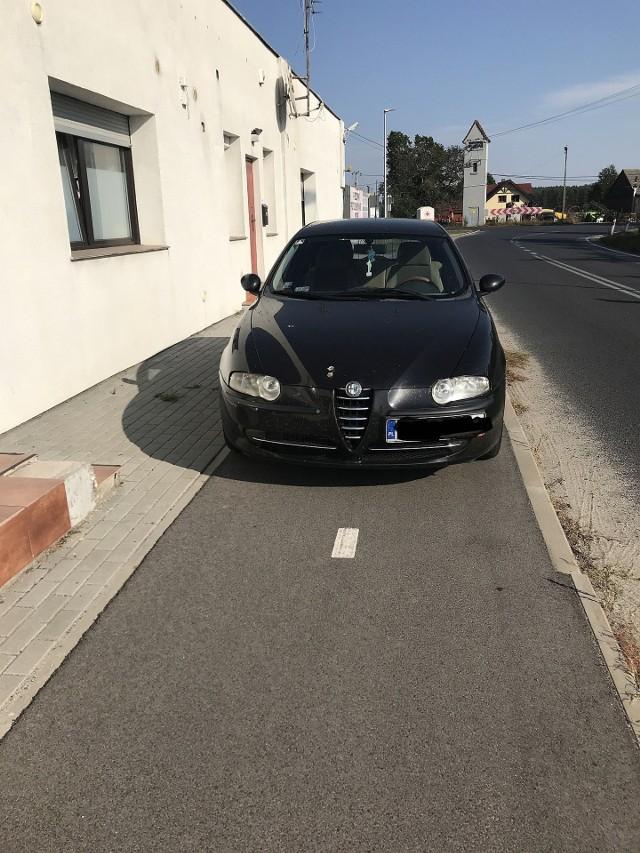 Kierowca zaparkował na ścieżce rowerowej, mimo tego, że obok miał dostępny wolny parking.