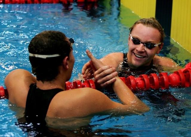 Przemysław Stańczyk (przodem) i Mateusz Sawrymowicz (tyłem) są dobrymi przyjaciółmi. Jednak z ich gestami przyjaźni i radości po udanych wyścigach może być coraz trudniej.