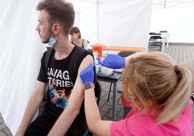 W piątek i sobotę (18-19.06) w Manufakturze powstanie weekendowy punkt szczepień. W akcji zorganizowanej we współpracy z Wojewódzką Stacją Ratownictwa Medycznego będą mogli wziąć udział wszyscy chętni powyżej 18. roku życia.