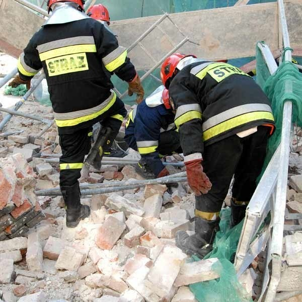 Strażacy na miejscu wypadku, który pochłonął życie pracownika ekipy remontowej.