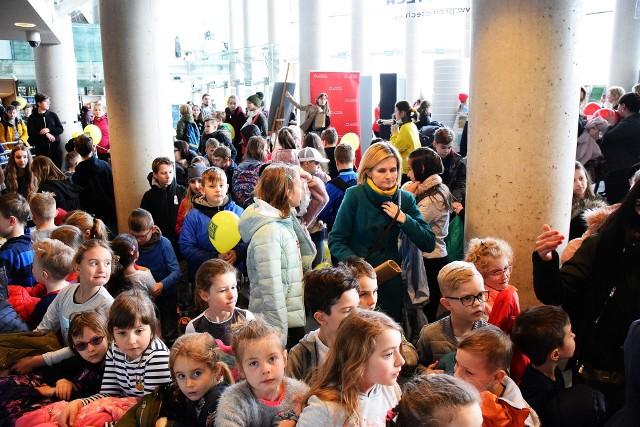 Od spotkań z dziećmi i młodzieżą rozpoczęły się 8. Międzynarodowe Targi Książki w Białymstoku. Tomasz Samojlik i Adam Wajrak opowiadali w wielkiej sali opery o zwierzętach.